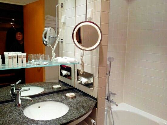 Swissotel Berlin: Bathroom