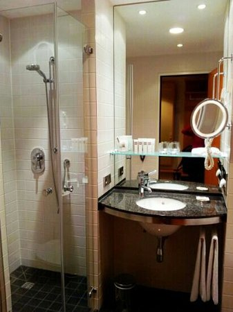 Swissotel Berlin: Bathroom showing the shower