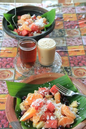 La Maison de Varkala: Our complementary breakfast - a refreshing fruit plate with black and normal tea with milk