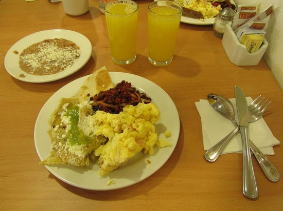 Holiday Inn Express Guadalajara Expo: Full breakfast for a nice day start