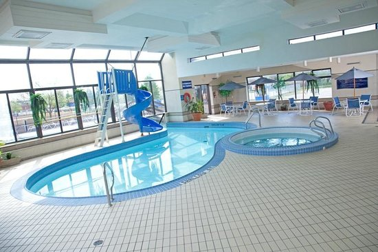 Howard Johnson Hotel By The Falls: Indoor Pool, Hot Tub and Sauna