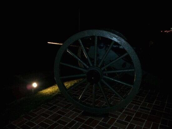 Quality Inn at General Lee's Headquarters: the cannon