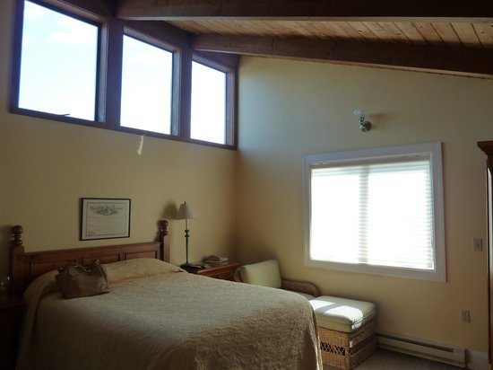 The Waves: room 401, great room with small balcony & view of the ocean