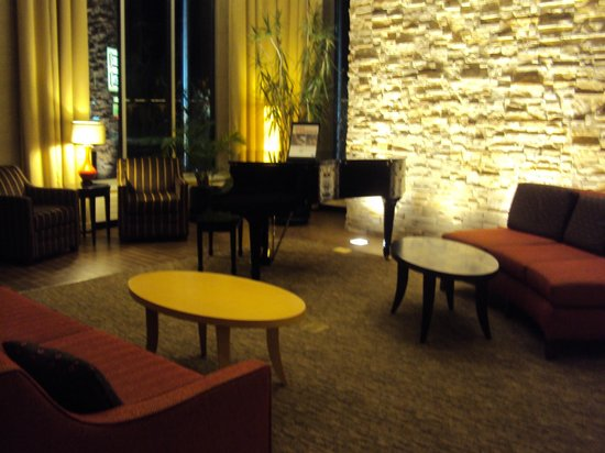 Cambria Suites Traverse City: Lobby