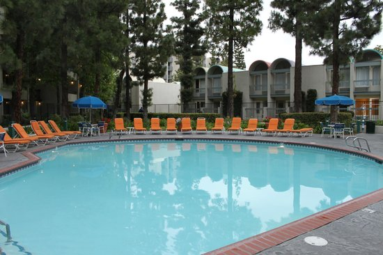 quiet pool picture of howard johnson anaheim hotel and. Black Bedroom Furniture Sets. Home Design Ideas