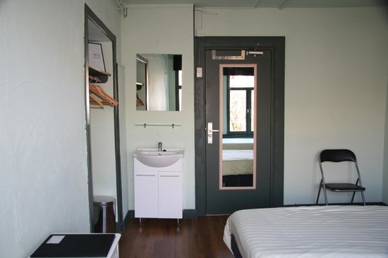 Liberty Hotel: Sink, Mirror in room