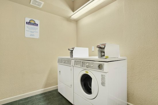 Days Inn Gateway to Yosemite: Days Inn Yosemite Guest Laundry