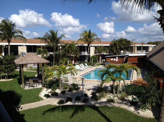 Dolphin Key Resort: Courtyard