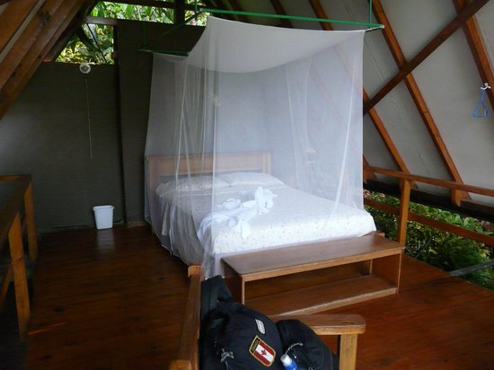 Lookout Inn Lodge: Bed at one of the rooms Tiki Hut