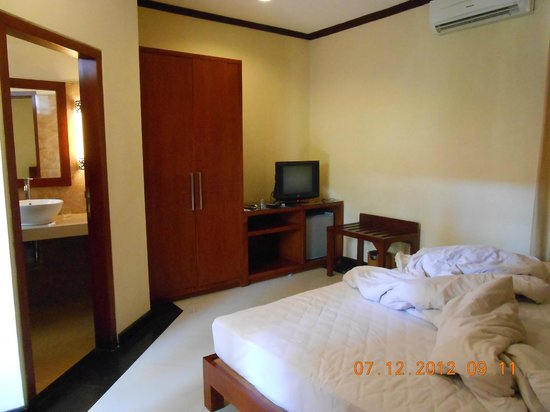 Yulia Beach Inn: kamar yang mini