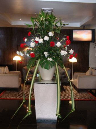 Marvel Hotel Bangkok: Beautiful flower decoration in the lobby