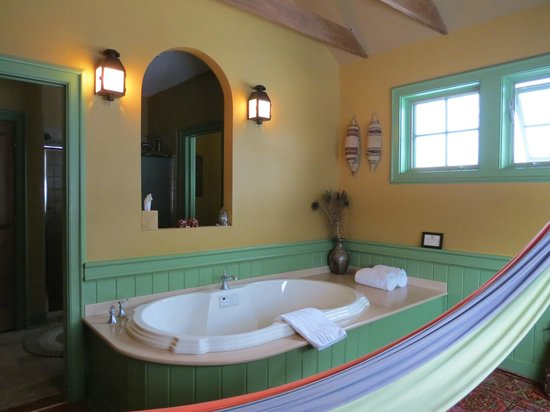 Woolverton Inn: Tub in loft