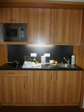 Four Points by Sheraton Munchen Central: kitchenette completa