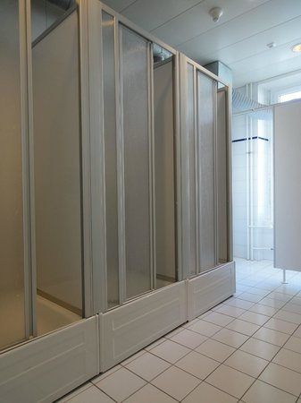 Lausanne Guesthouse: Shared showers