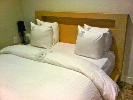 Hotel Verite: Comfy memory foam bed with firm square pillows