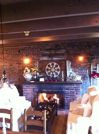 Maison Fleurie - A Four Sisters Inn:                   breakfast room
