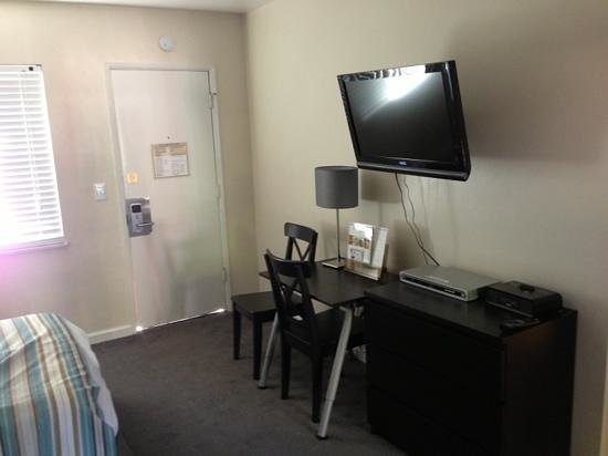 The Sandman Inn: flat screen tv and desk