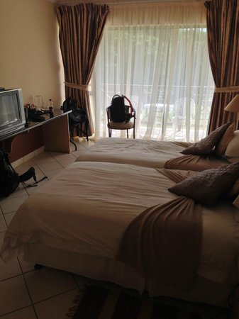 Elephant Lake Hotel: Beds, TV, balcony view