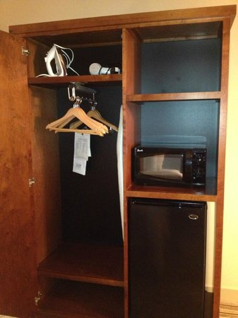 Four Points by Sheraton Detroit Metro Airport: Somewhat small closet but enough for short stay