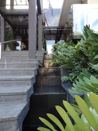 Hotel Grano de Oro San Jose:                   Waterfalls on both sides of entrance steps