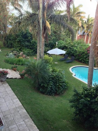 Essenwood House: Impeccable grounds, pool, just beautiful!