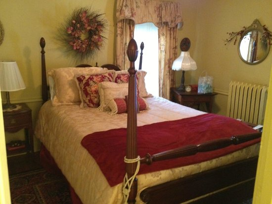 Mountain View Inn: Mrs. Mead's Bedroom