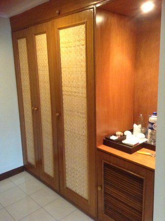 Rama Beach Resort and Villas:                   wardrobe