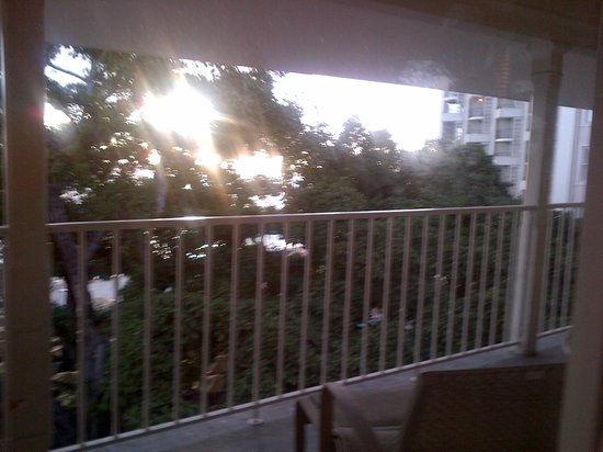 Moana Surfrider, A Westin Resort & Spa: Looking out to Porch and Hotel Grounds/Beach