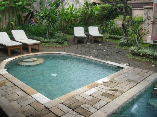 Villa Kresna Boutique Villas: Pool with chairs in front of Semeru Suite B