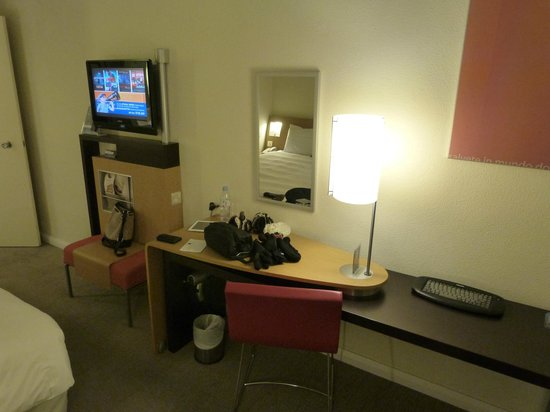 Novotel London Heathrow: TV & desk area