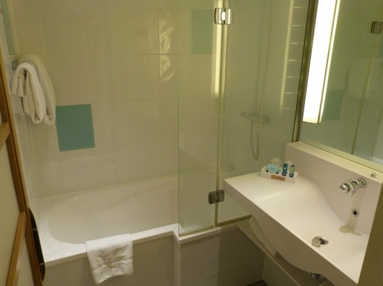 Novotel London Heathrow: bathroom...spotless