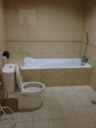 Surya Inn: bathtub provide.