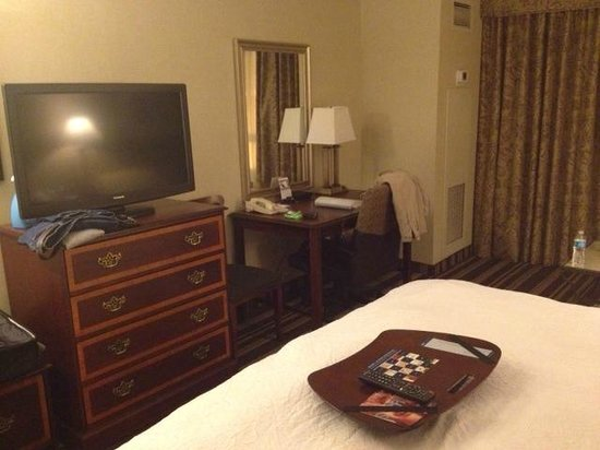 Hampton Inn & Suites Memphis - Beale Street: HUGE tv