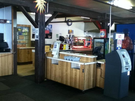 Norden, Californien:                   Food service area in the lodge... they also have a bar