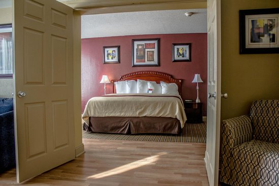 Red Roof Inn &amp; Suites Muskegon Heights: Jacuzzi Suite with King Bed
