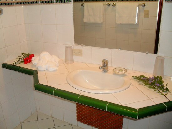 Hotel Cantarana: Bathroom with flower decoration