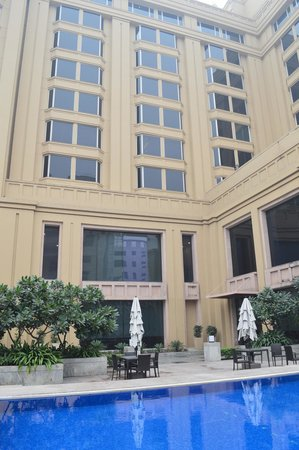 The Metropolitan Hotel & Spa New Delhi: Outside of Hotel from Pool Area