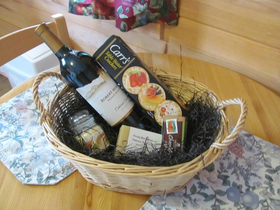 Sterling Ridge Resort: Wine basket that came with romance package