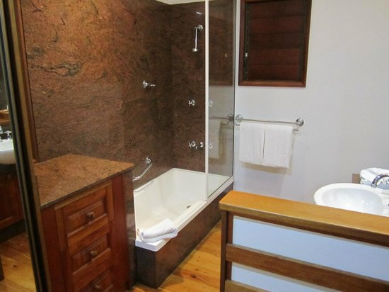 Kewarra Beach, : bathroom in pandanus bungalow