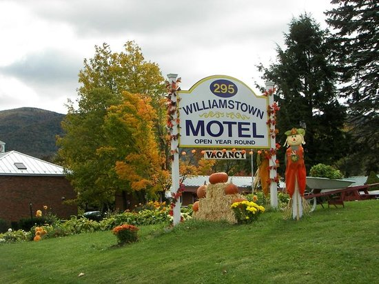 Williamstown Motel: Fall Decorations