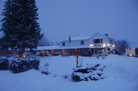Williamstown Motel: Snow day exterior view