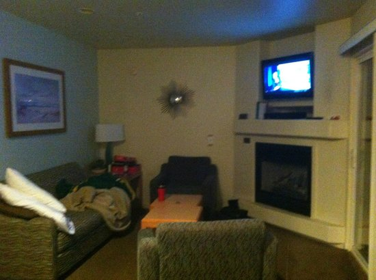 Marina, CA: Small but nice living room.