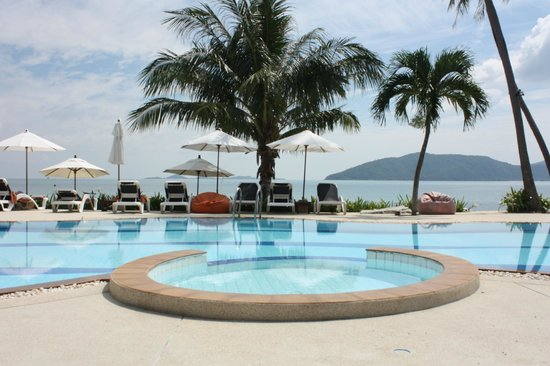 Centra Coconut Beach Resort Samui: pool at base of hotel near beach