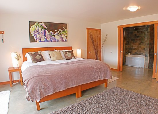 Bowen Island Hideaway: We have 2 guest rooms, each with its own private entrance, king size bed and private bath.
