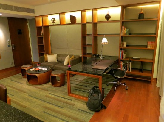 Hansar Bangkok: huge living room with working desk