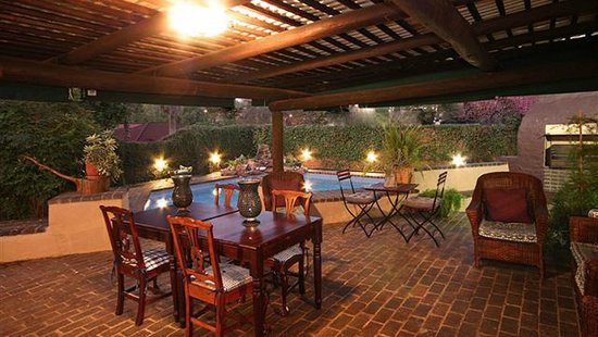 Uxolo Guesthouse Johannesburg: Tables Swimming Pool