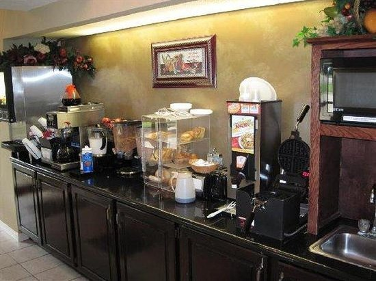 BEST WESTERN Mill River Manor: Breakfast Area