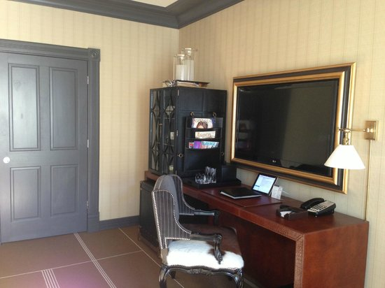 Hotel Jerome, An Auberge Resort: flat screen tv with desk
