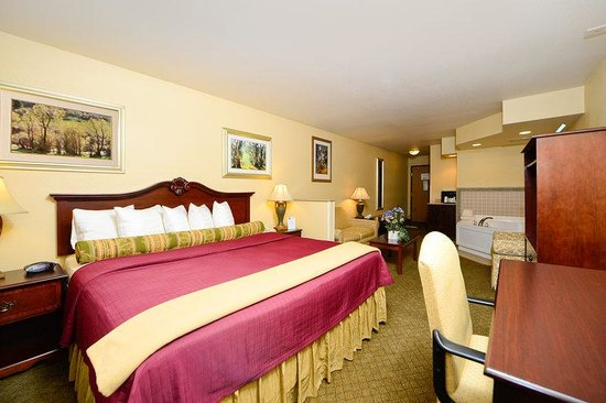 Hubbard, OH: King Suite