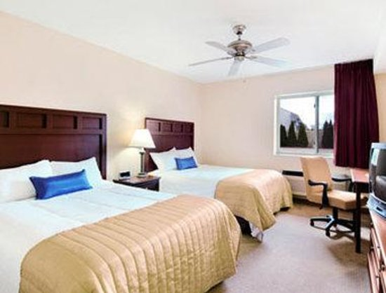 Baymont Inn Mount Pleasant: Standard Two Double Bed Room